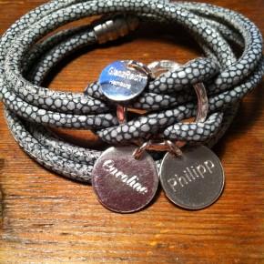 Wickelarmband aus grauem Leder in Rochenoptik mit 2 Gravurplättchen