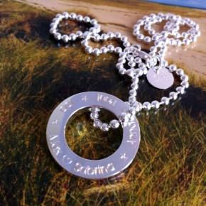 großer Silberring an Kugelkette, individuell graviert